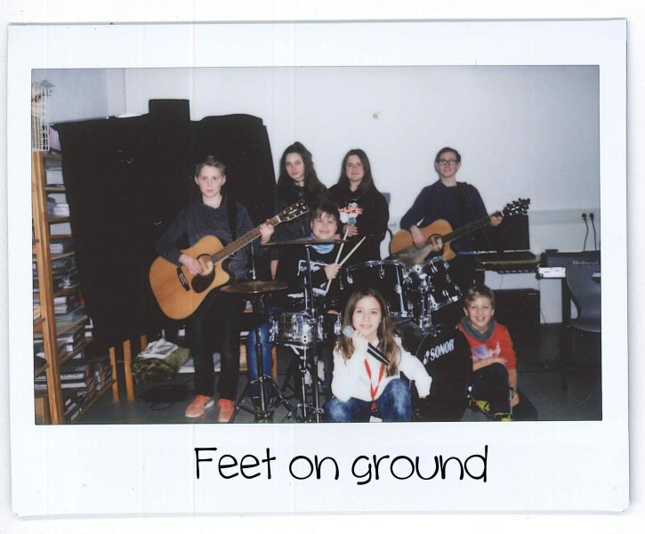 Feet on ground Gruppe Polaroid.jpg