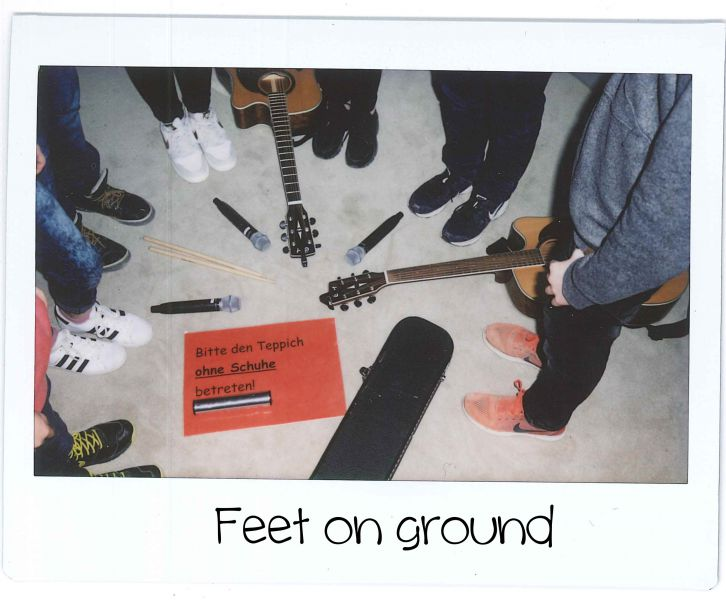 Feet on ground Schild Polaroid.jpg